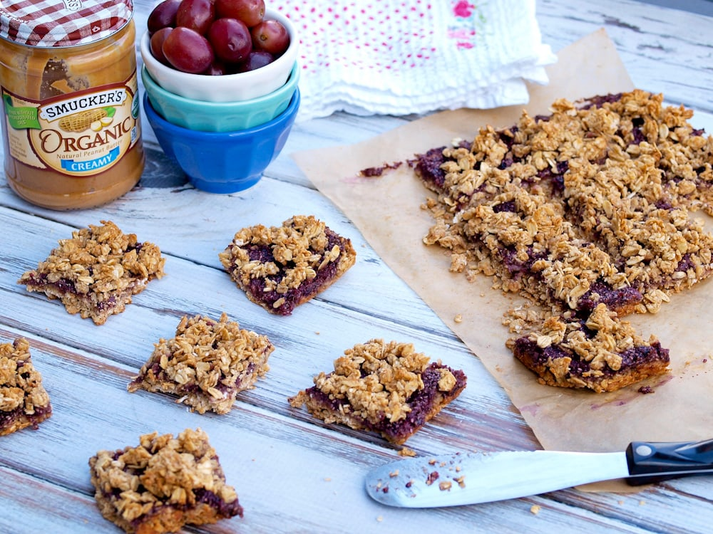 Peanut Butter and Jelly Oatmeal Bars--these quick and easy breakfast ...